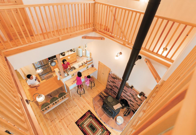 アイジースタイルハウス【子育て、輸入住宅、自然素材】吹抜けを囲むように廊下とキャットウォークを配置。子ども部屋に限らず2階中を走り回ってのびのびと遊ぶことができる。1階からも目が行き届くので安心