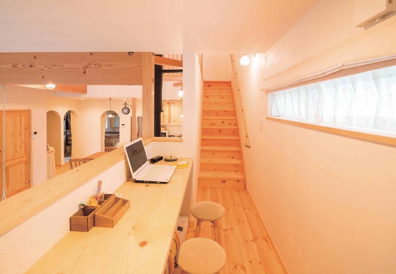 アイジースタイルハウス【子育て、輸入住宅、自然素材】リビングのスキップフロアの上はスタディコーナーになっている。奥の階段を上がると2階に至る