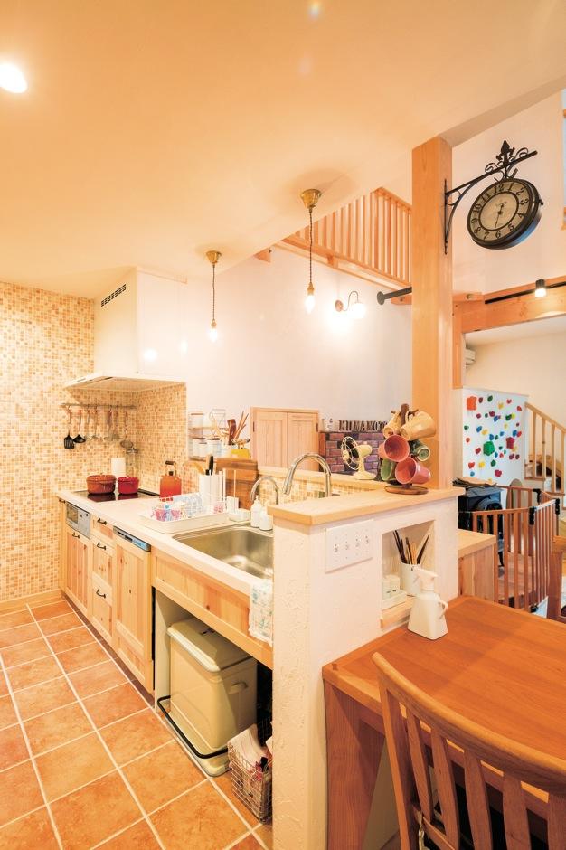 アイジースタイルハウス【子育て、輸入住宅、自然素材】ダイニングテーブルを対面キッチンと横一列に並べることで、動線がバツグンに便利に。調理をしながらリビングや庭、2階で遊ぶ子どもたちの気配を感じとれるので、ママはいつでも安心
