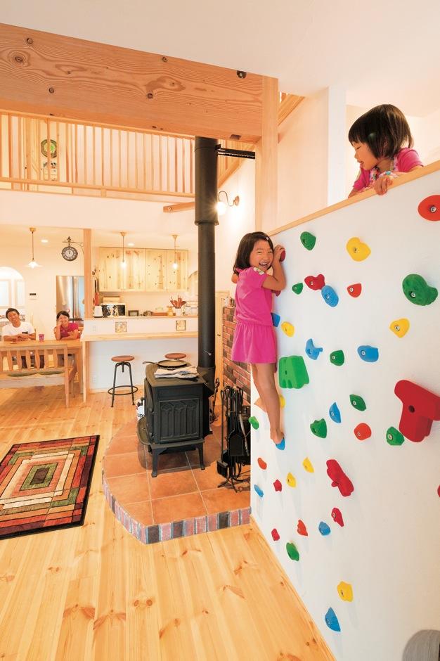 アイジースタイルハウス【子育て、輸入住宅、自然素材】ボルダリングをやすやすと上って遊ぶ子どもたち。スキップフロアの上はスタディコーナー