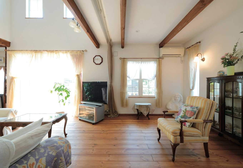 アイジースタイルハウス【趣味、自然素材、インテリア】スペイン漆喰の天井に、角をとった梁が映える。大小の格子窓、オーガニックなカーテンも良い雰囲気