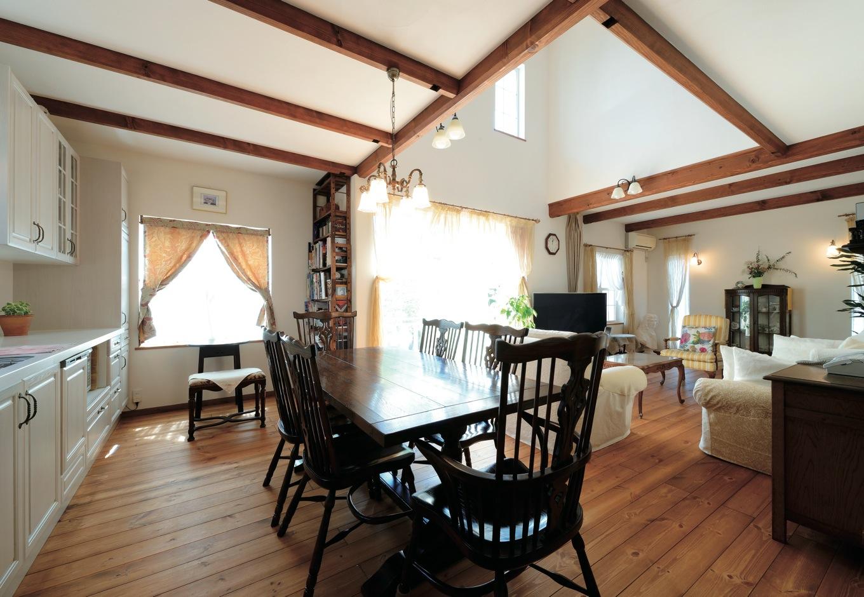 アイジースタイルハウス【趣味、自然素材、インテリア】広い間取りは、気に入っていた以前の家を模した。ダイニングのダークブラウンが空間を引き締める