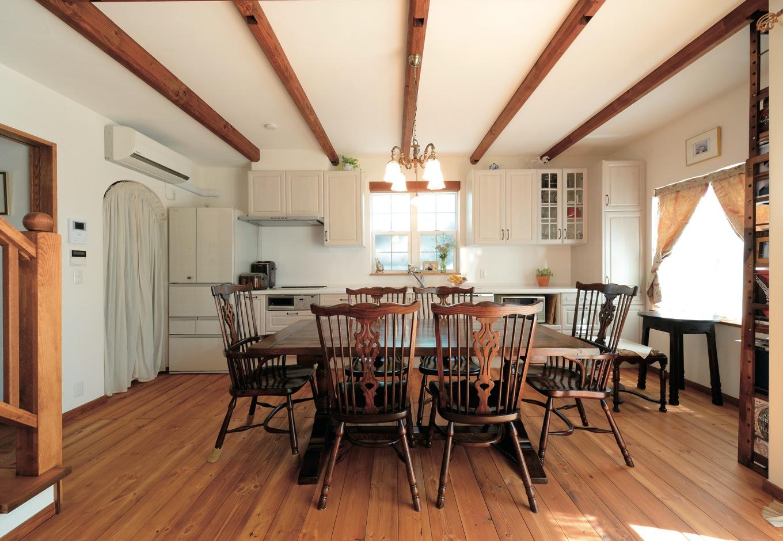 アイジースタイルハウス【趣味、自然素材、インテリア】LDKの主役は、キッチンに置いた英国製のダイニングテーブル&チェア。細部にまでこだわり抜かれた家具が、日常の中に美を表現する