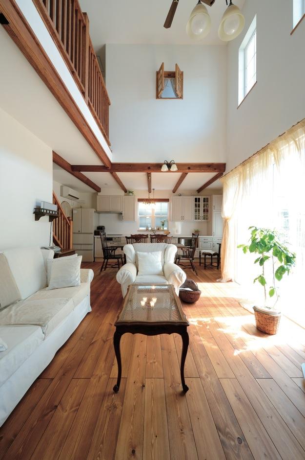 アイジースタイルハウス【趣味、自然素材、インテリア】LDK中央には開放的な吹き抜けを設けた。空間を縁取る梁がデザイン的に効果を発揮