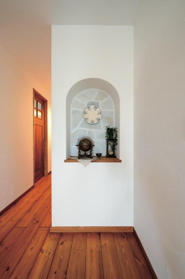 アイジースタイルハウス【趣味、自然素材、インテリア】奥さまのこだわりがつまった、アーチ状のニッチ。日替わりで、ご主人のコレクションや、奥さまセレクトのフラワーが飾られる