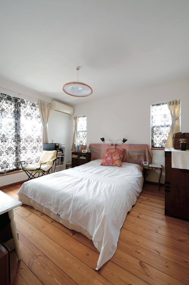 アイジースタイルハウス【趣味、自然素材、インテリア】2階の主寝室は、1階とは趣の異なる空間に。柄もののカーテンを採用し、奥さまのおばあさまから受け継いだ100年ものの和ダンスを置いた。築100年は超えて現存する奥さまの実家も、S邸のアイデアになった