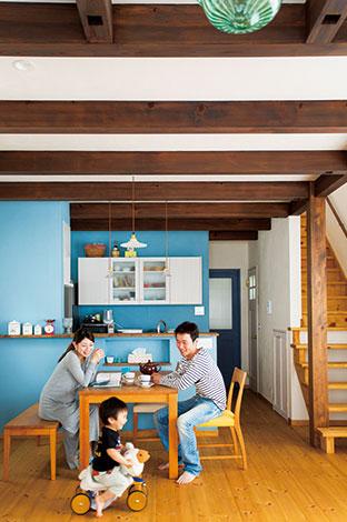 アイジースタイルハウス【デザイン住宅、省エネ、ガレージ】おしゃれなカフェをイメージしたLDK。ブラウンの床と白い漆喰の空間に、ポイントカラーで水色を取り入れた。無垢のダイニングテーブルはアパート暮らしの頃からずっと使っている宝もので、自然素材の空間にピッタリ