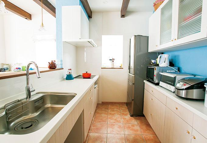 アイジースタイルハウス【デザイン住宅、省エネ、ガレージ】奥さまの夢を叶えた白いオーダーキッチン。壁の水色もよく映える