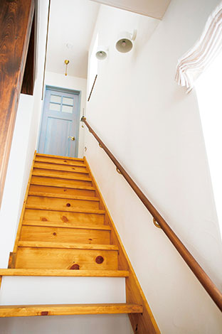 アイジースタイルハウス【デザイン住宅、省エネ、ガレージ】子どもがリビング階段を上がる足音は心の打楽器。きょうは幼稚園で何か楽しいことがあったみたい