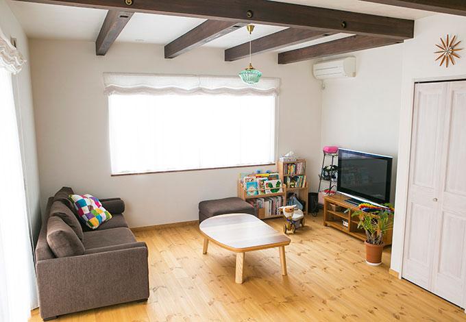 アイジースタイルハウス【デザイン住宅、省エネ、ガレージ】真っ白な壁にアクセントとなるダークブラウンの梁を入れたリビング