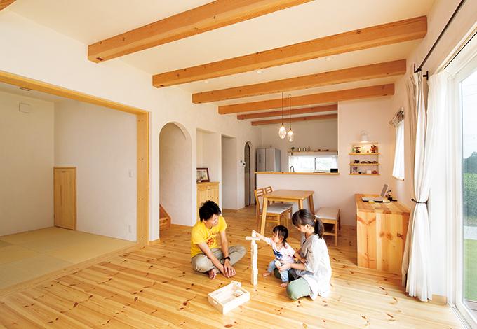 アイジースタイルハウス【自然素材、省エネ、ガレージ】無垢の床を使用したLDKは、夏涼しく冬あたたかい快適な住環境を実現。エアコンをほとんどつけないから、身体に負担がなく、光熱費も軽減
