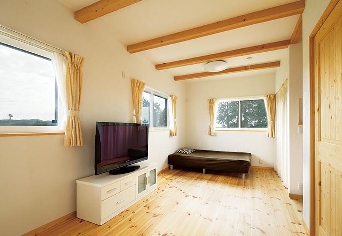 アイジースタイルハウス【自然素材、省エネ、ガレージ】12畳の子ども部屋は家族構成の変化に応じてフレキシブルに間仕切り可能。カーテンを開ければ、緑したたる茶畑のパノラマビュー!
