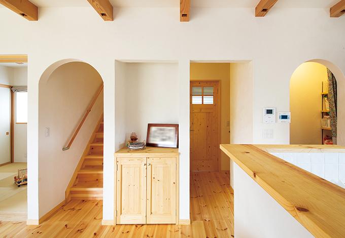 アイジースタイルハウス【自然素材、省エネ、ガレージ】キッチンからパントリー、水回りへの動線が短いので、子育てママの負担も軽くなる。心和むシンメトリーのアーチの垂れ壁がポイントの一つ