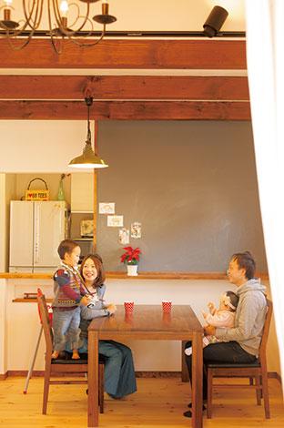 アイジースタイルハウス【子育て、収納力、自然素材】大きな黒板を付けてカフェのようなイメージに仕上げたダイニングキッチン。写真や絵を画鋲ではなく、マスキングテープで貼ってかわいい雰囲気に