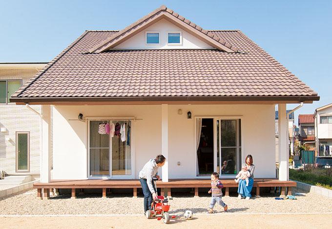 アイジースタイルハウス【子育て、収納力、自然素材】ご主人が雑誌で見てひと目惚れした大屋根の外観。長い庇が季節に応じて日射量を調節してくれるので、夏も冬も快適に過ごせる