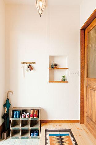 アイジースタイルハウス【子育て、収納力、自然素材】素朴なテイストでコーディネー トした玄関ホール。ニッチや靴箱はシンプルな中にも温かみを 感じる