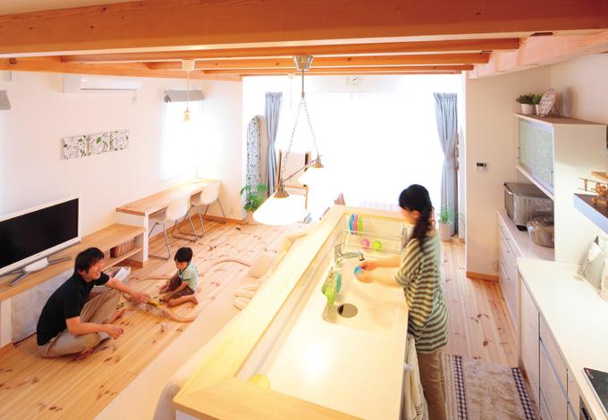 自然素材に包まれたやさしい雰囲気のLDK。アイランドキッチンを部屋の中心に置くことで家族の一体感が得られる