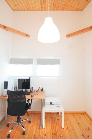 白い塗り壁と小窓の効果で、北側の洋室も明るい