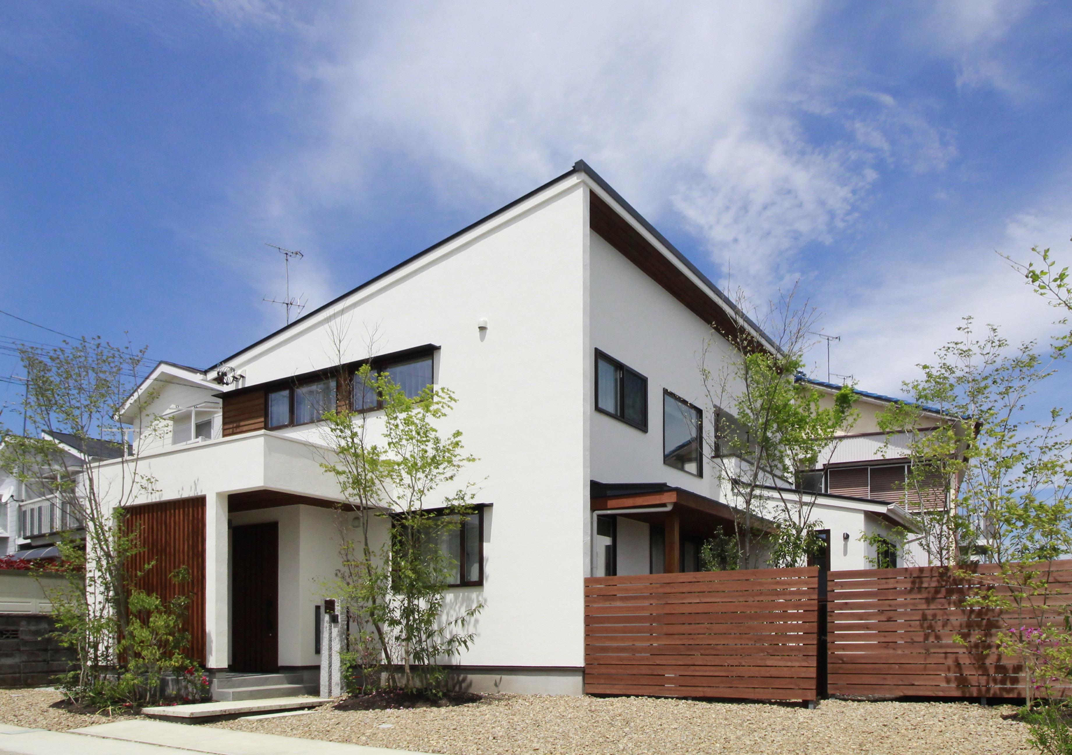 アイジースタイルハウス【デザイン住宅、自然素材、省エネ】住むほどに愛着が増していくデザインがM邸のコンセプト。高木・中木・低木のバランスが絶妙な植栽が家族の成長を見守る