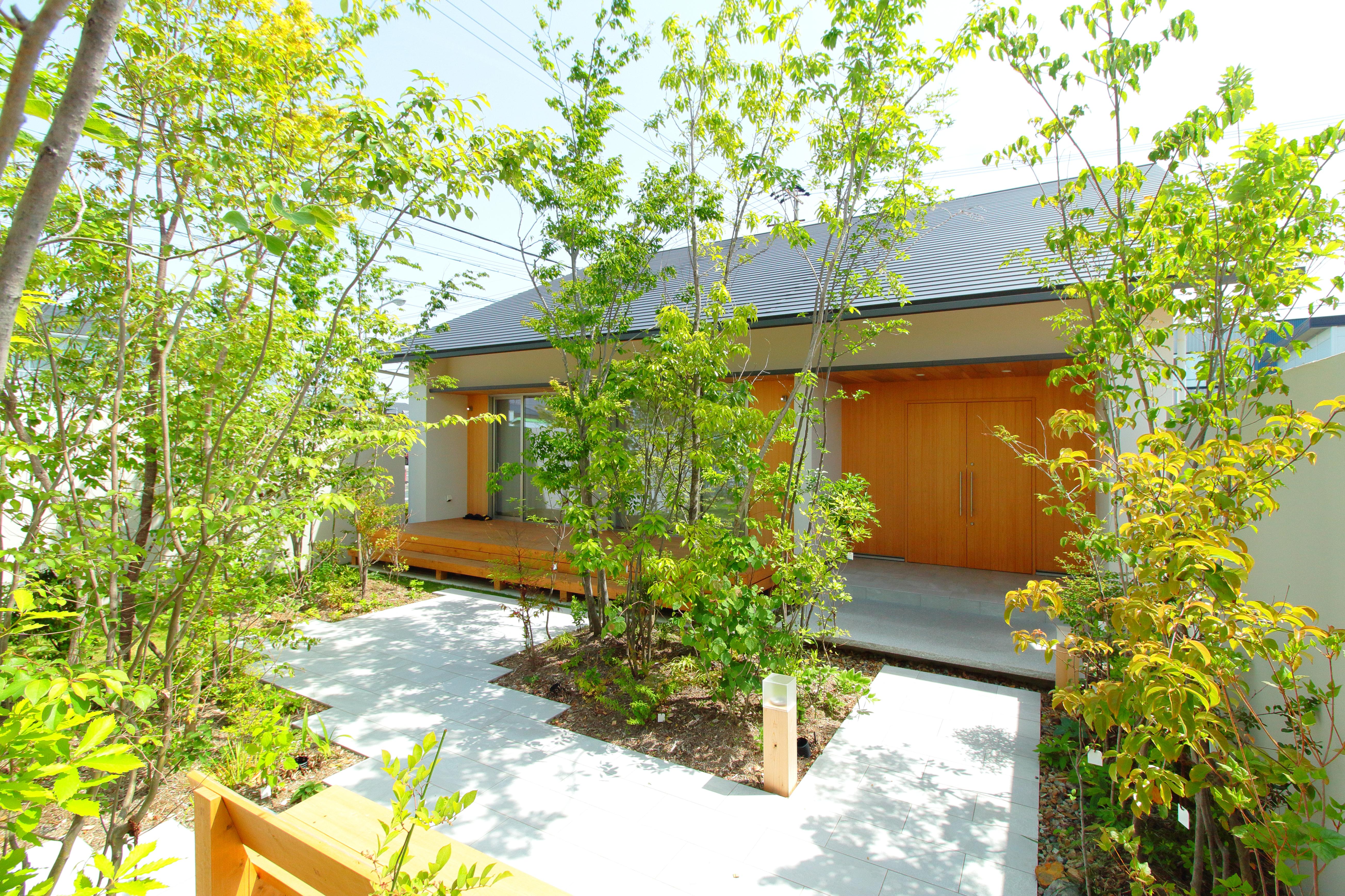 アイジースタイルハウス【長久手市石場67・モデルハウス】大屋根の美しいフォルムが印象的な外観デザイン。遊歩道が隣接し、目の前を小川が流れ、すぐ近くに「モリコロパーク」があるという自然に恵まれた住環境も魅力