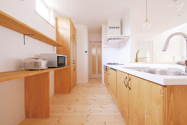アイジースタイルハウス|キッチンから数歩で行ける洗面脱衣室。下着もパジャマもここに収納し、お風呂上がりも暖かい