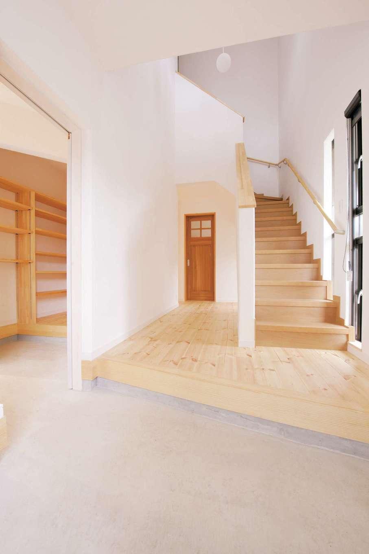 アイジースタイルハウス|土間仕上げの玄関空間は広くて開放的