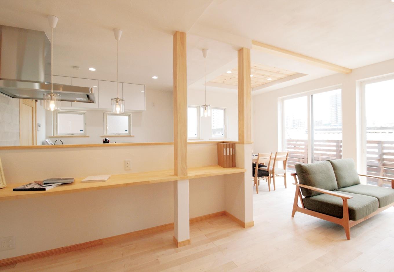 アイジースタイルハウス|カフェスタイルのキッチン。長いカウンターを設けたことで自然と家族がお手伝いできるスペースに