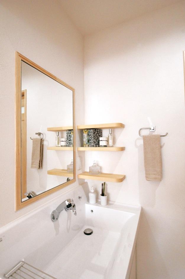 アイジースタイルハウス|木枠の鏡がおしゃれなパウダールーム