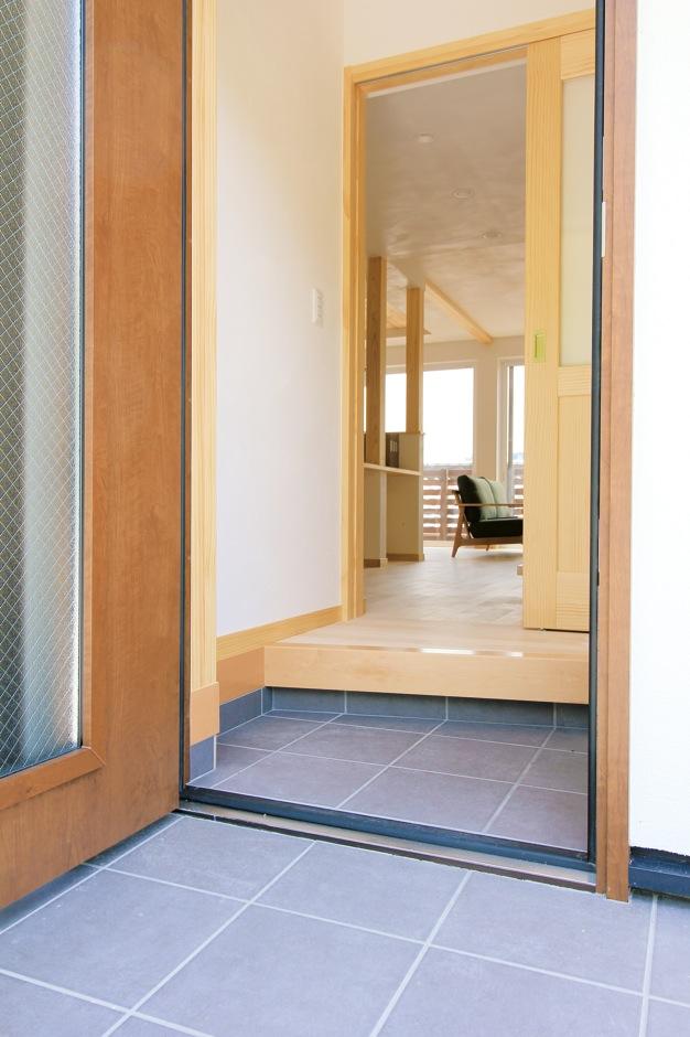アイジースタイルハウス|ドアを開けた瞬間、木の香りに包まれる玄関ホール。ムダを省き、できるだけ室内を広く使えるようにした