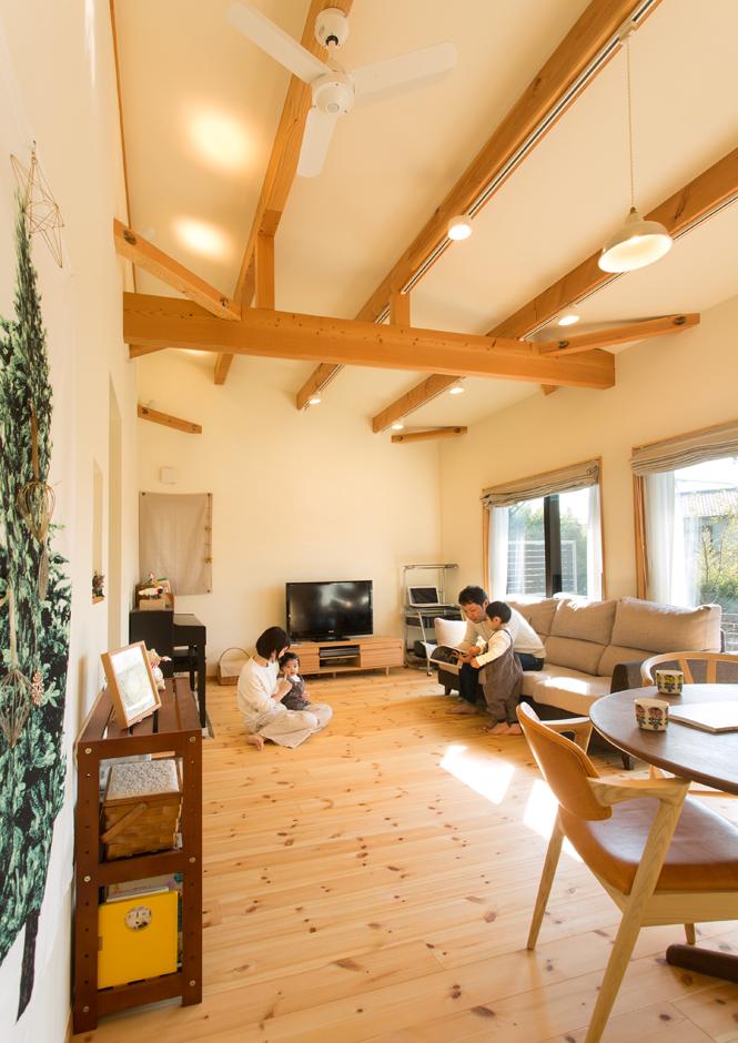 Casa(カーサ)【子育て、二世帯住宅、自然素材】南向きのLDKがこの家の主役。自然素材をたっぷり使った内装と、梁を見せた勾配天井が爽やかな空間を演出する。間接照明の使い方も心憎い