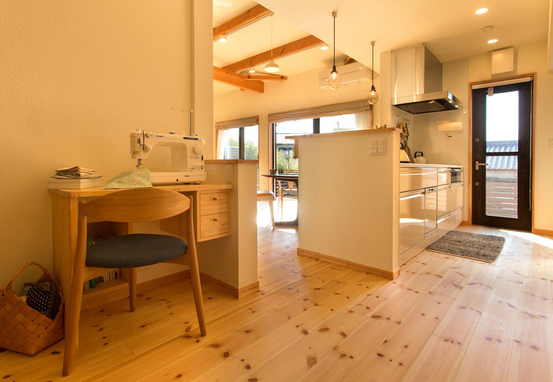 Casa(カーサ)【子育て、二世帯住宅、自然素材】キッチン横にある奥さまのミシンスペース。取材日、2人のお子さまが身に付けていた洋服も手作りだそう!