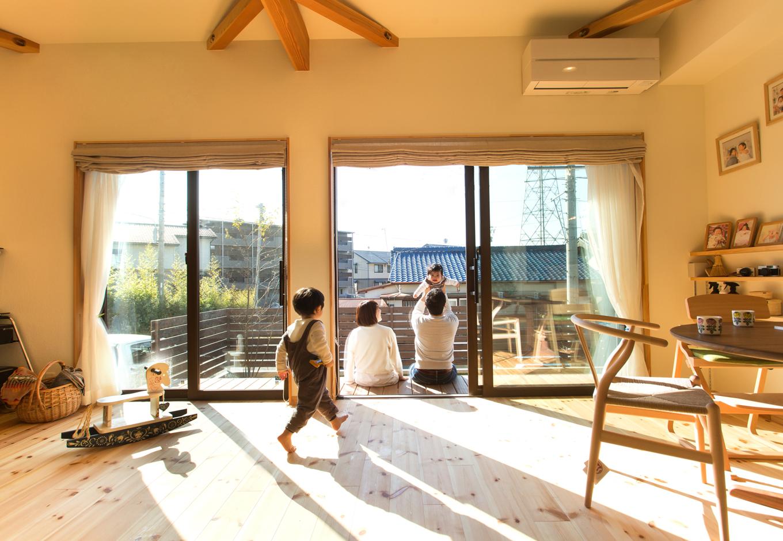 Casa(カーサ)【子育て、二世帯住宅、自然素材】目の前の住宅から一段高い場所に位置するため、通りを行き交う人の視線が気にならない。リビングに面したテラスは、子どもたちにとってもお気に入りの遊び場