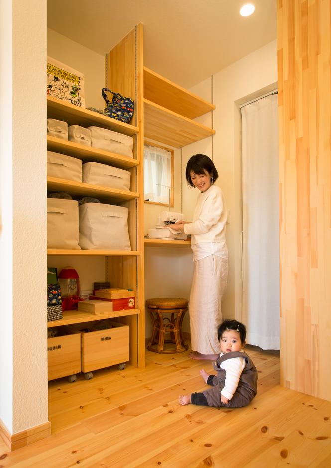 Casa(カーサ)【子育て、二世帯住宅、自然素材】奥さまのミシンスペースは収納がたっぷり。さらに奥には、両親の寝室とも繋がる洗面脱衣室を設計し、浴室からキッチンまでが一直線になる家事動線をカタチにした
