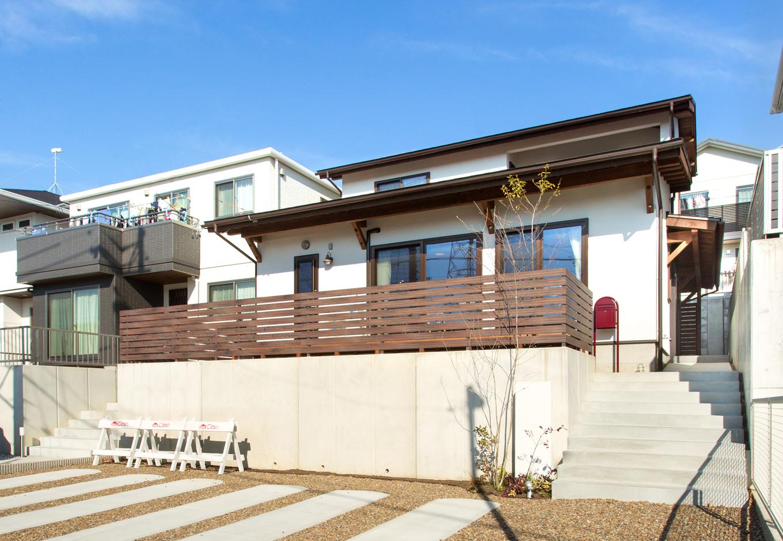 Casa(カーサ)【子育て、二世帯住宅、自然素材】『カーサ』の代名詞ともいえる漆喰の塗り壁に、木製フェンスや庇のブラウンがよく映える