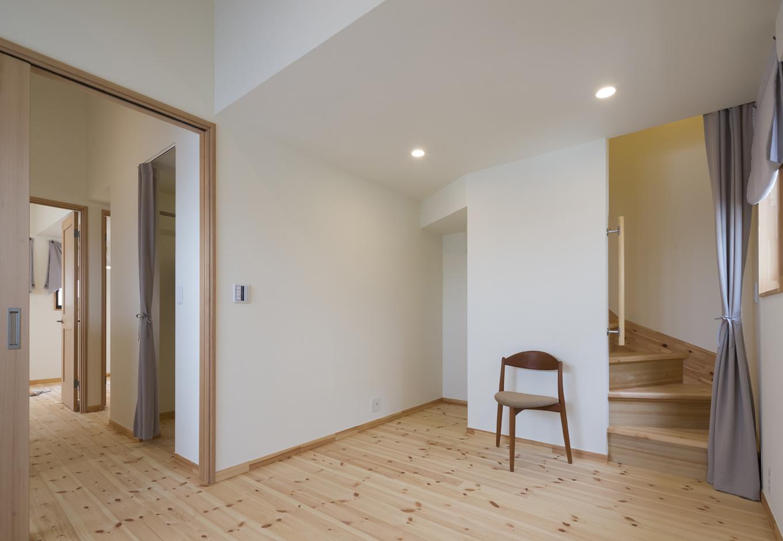 Casa(カーサ)【子育て、二世帯住宅、自然素材】2階寝室には、小屋裏収納へ続く階段を設計。隣にはウォークインクローゼット、その奥には子ども室がある