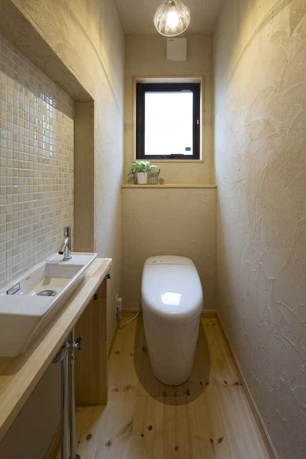 Casa(カーサ)【子育て、二世帯住宅、自然素材】トイレの内装はご家族の手作り。左官経験のあるご主人のお父様が塗り壁を担当し、手洗いのタイルは奥さまが貼り付けた