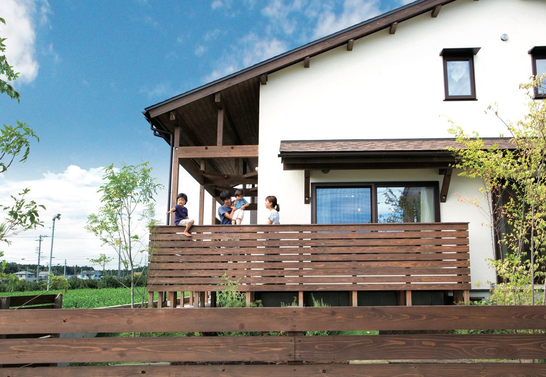 Casa(カーサ)【子育て、自然素材、間取り】LDKをぐるりと囲むようにウッドデッキを巡らせ、木製フェンスをつけた。ここから眺める茶畑の景色は、家族みんなのお気に入りだ