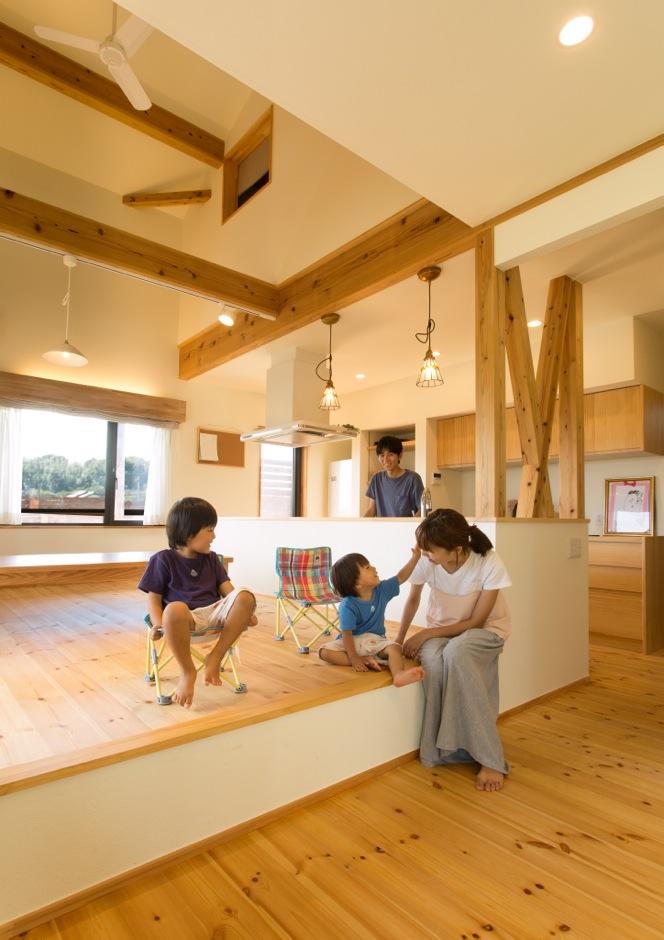 Casa(カーサ)【子育て、自然素材、間取り】吹き抜けと勾配天井を組み合わせたLDKは、どこにいても明るく快適。キッチンと目線を合わせた、小上がりのダイニングで日々の食事をいただく