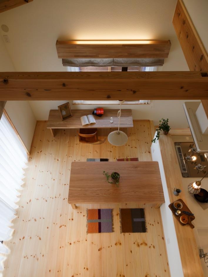 Casa(カーサ)【子育て、自然素材、間取り】2階の寝室からもダイニングを見下ろせる。建築中、大工さんと相談しながら開口位置を決めた