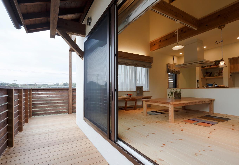 Casa(カーサ)【子育て、自然素材、間取り】大きな窓を開けると、ウッドデッキとダイニングがひと続きに