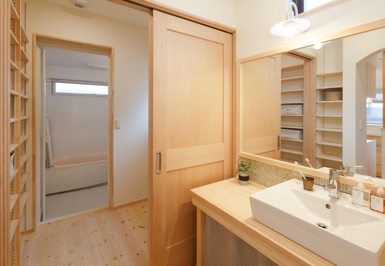 Casa(カーサ)【子育て、自然素材、間取り】木製の洗面台に合わせ、ご主人が壁にタイルを貼った。脱衣所の造作棚も使いやすい