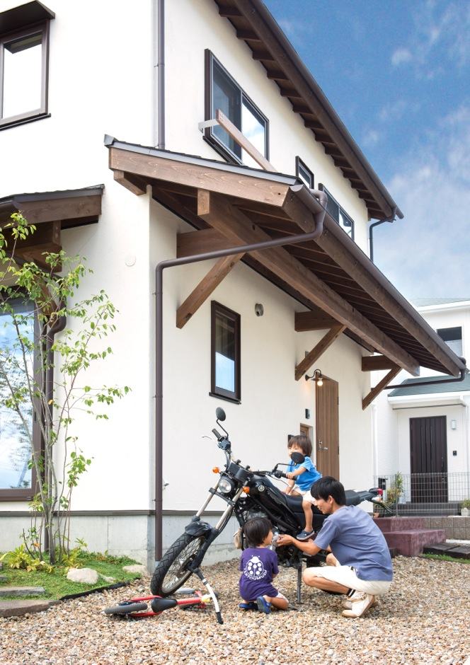 Casa(カーサ)【子育て、自然素材、間取り】バイク好きのご主人が手入れを始めると、2人の子どもたちが集まって来る