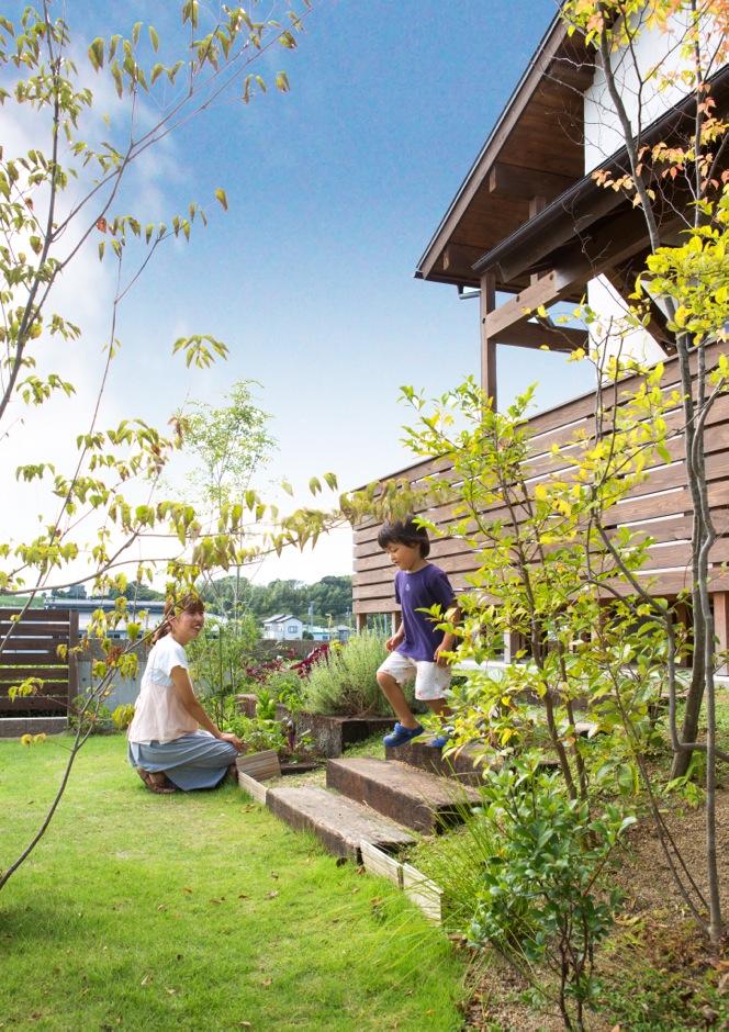 Casa(カーサ)【子育て、自然素材、間取り】木製花壇の土入れまでを『カーサ』に依頼。植え込む花や野菜を選ぶ時間も楽しい