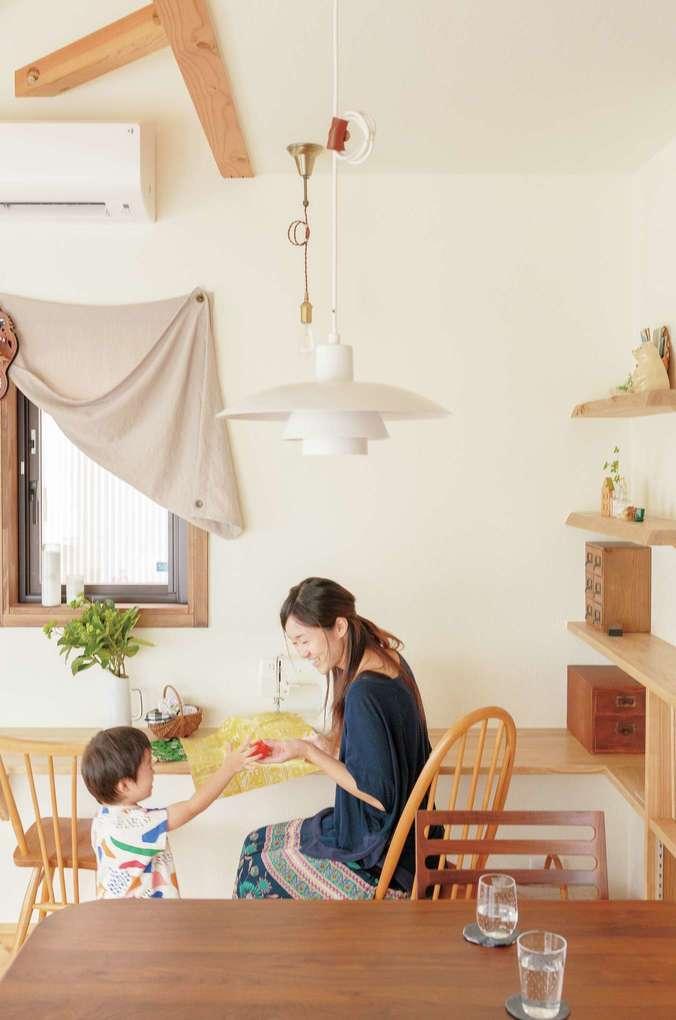 Casa(カーサ)【子育て、収納力、自然素材】お気に入りの生地でコースターやカバンを手作りする奥さまのために、リビングにミシンを置くカウンターをオーダー。育児の合間に趣味の時間を満喫