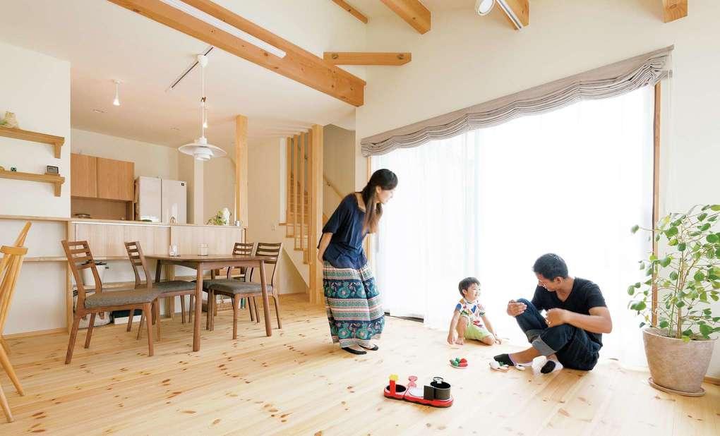 Casa(カーサ)【子育て、収納力、自然素材】木の心地よさを常に体感したいから、家中の床を無垢材に。床に座ってくつろぐ時間も贅沢に過ごせる。子どもが成長してからも、家族が顔を合わせる時間が持てるよう、リビング内に階段を設置した