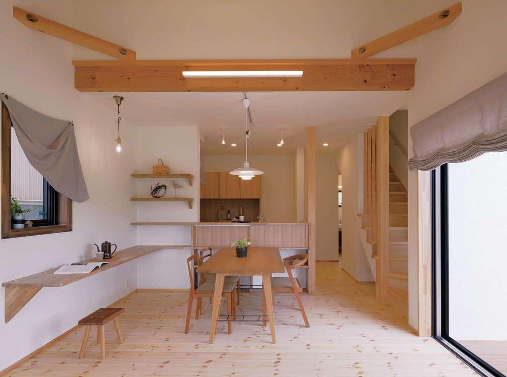 Casa(カーサ)【子育て、収納力、自然素材】対面式キッチンを備えたLDKは、カウンター部分にも扉付きの造作収納を用意。余分なものを見せず、お気に入りの家具や雑貨をかわいらしくディスプレイできる