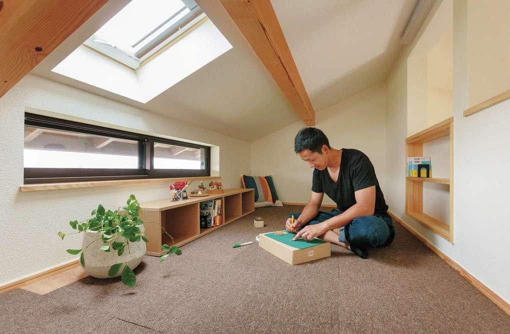 Casa(カーサ)【子育て、収納力、自然素材】小屋裏収納はご主人のおこもり部屋。天窓の明かりと、隣の寝室から入る空調のおかげで快適