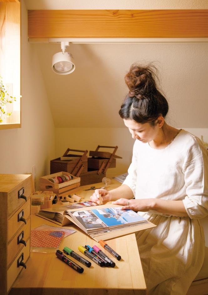 Casa(カーサ)【子育て、趣味、自然素材】スキップフロアは夫婦の書斎としても活用。雑貨作りが好きな奥さまは、お子さまのアルバムをマスキングテープでアレンジするのが楽しみ