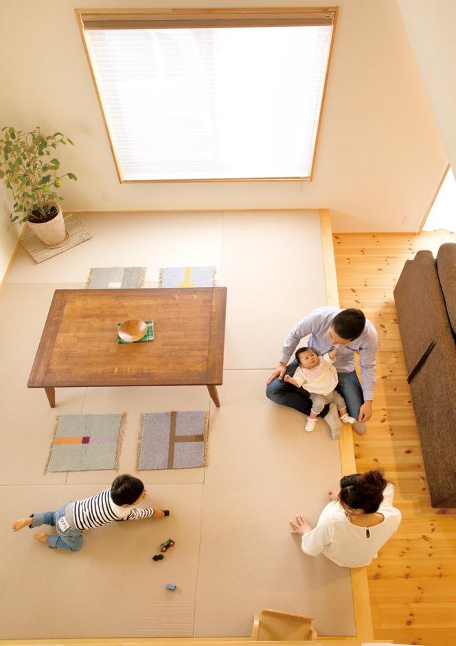 Casa(カーサ)【子育て、趣味、自然素材】畳スペースに、シンプルな木製こたつをダイニングテーブルとして設置した。「子どもの頃から畳で食事をするのが日常だっ たんです」とご主人