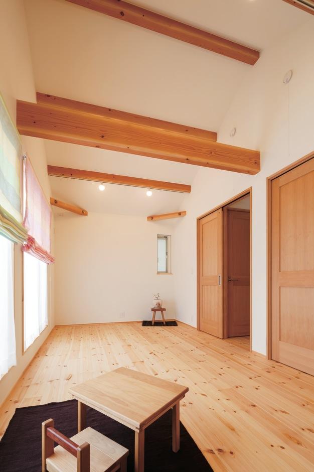 Casa(カーサ)【子育て、趣味、自然素材】2階の子ども室は、将来仕切って2部屋として使う予定。現在はここを寝室代わりにして全員で眠る